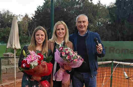 Il Presidente del CT EUR Vincenzo Vecchio con la moglie e la figlia del compianto Maurizio De Sanctis