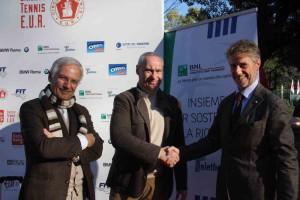 Vecchio stringe la mano a Paolo Manusso (BNL Telethon)