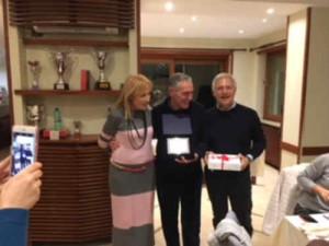 Massimo Grimaldi( al centro) premiato da Patrizia Ventola e Bruno Costi