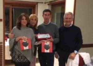 Corrado Sacchi riceve il cuore di cioccolata di Telethon con la moglie